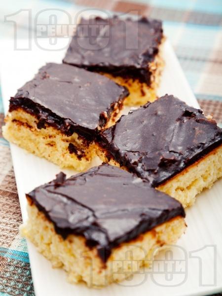 Кокосов сладкиш с шоколадова глазура - снимка на рецептата